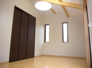 h-斜め天井で採光を多く